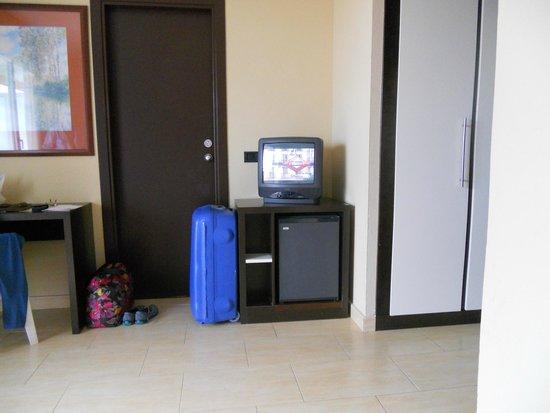 ILUNION Islantilla: Puerta que comunicaba con otra habitación, televisión liliputiense.