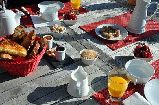 La Colline d'Orance Bed and Breakfast: Le petit déjeuner
