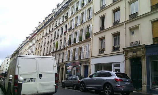 Hotel du Chemin vert Paris : street
