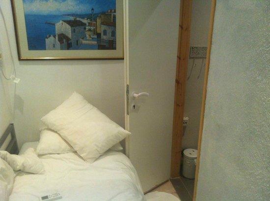 Central Hotel: Cabecera de la cama a la puerta del baño, olor a cloaca