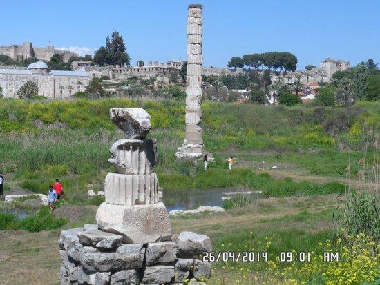 Agora Open Air Museum: restos del lugar donde estuvo el templo de Artemisa