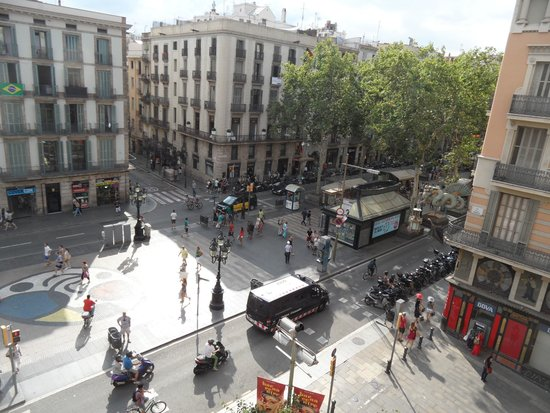 Hotel Internacional Ramblas Cool: Early morning from our balcony overlook Las Ramblas