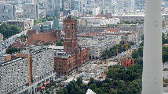 Park Inn by Radisson Berlin Alexanderplatz: Blick zum Berliner Rathaus