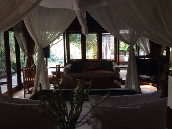 Komaneka at Tanggayuda: Room 111 bed with view to pool
