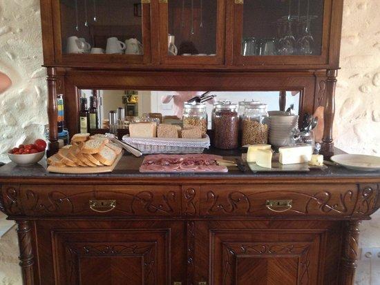 CAN BO DE PAU: Vast variety of continental Breakfast