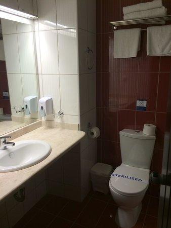 Aquis Park Hotel : Nice clean bathroom