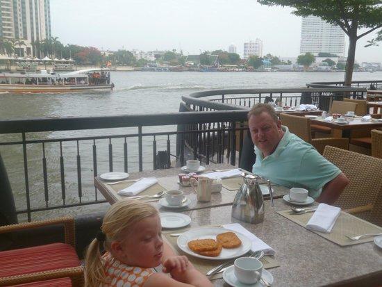 Shangri-La Hotel,Bangkok : breakfast by the river