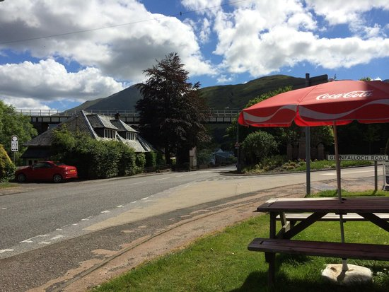 The Crianlarich Hotel Restaurant: Outside seating for lunch.