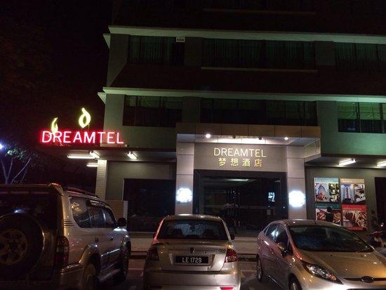 Dreamtel Kota Kinabalu: 門口,隔離就是7-11