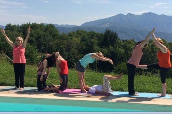 B&B Il Giardino di Rosmarino : Yoga by the pool
