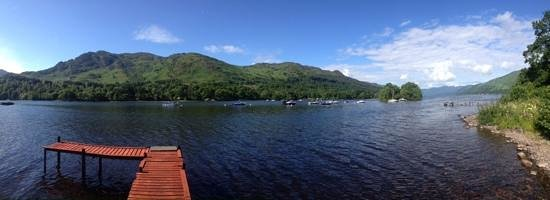 The Achray House Hotel and Lodges: Loch Earn just across from Achray House Hotel
