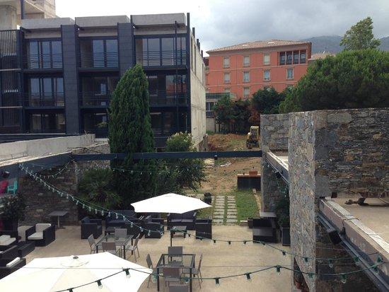 Cors'Hotel: vue de la chambre sur la terrasse