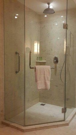 JW Marriott Hotel Medan: Bathroom