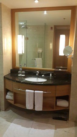 JW Marriott Hotel Medan: Bathroom