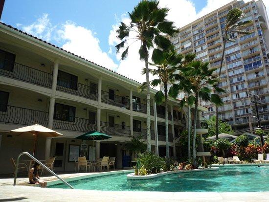 Waikiki Sand Villa Hotel: プール。左側の建物は、キッチン付きのコンドです。