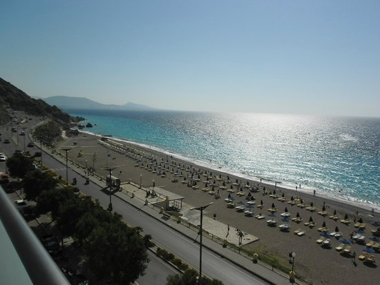 Hotel Rhodos Horizon Resort: lovely view across a very busy road