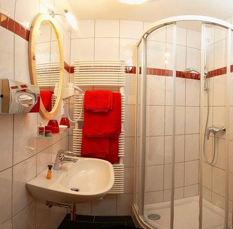 """Pension Ronacherhof: Bathroom Roomtype """" Zirbenzimmer"""""""