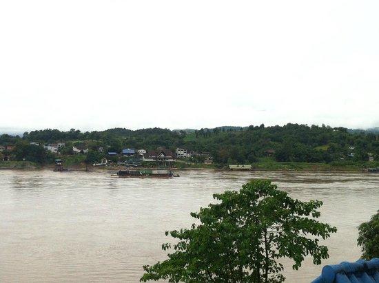 Riverside Houay Xai: Thai Checkpoint across the river
