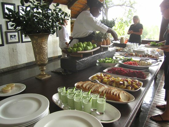 Londolozi Private Game Reserve: lunch time over the river