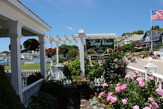 Bay View of Mackinac Bed & Breakfast: Flowers all around
