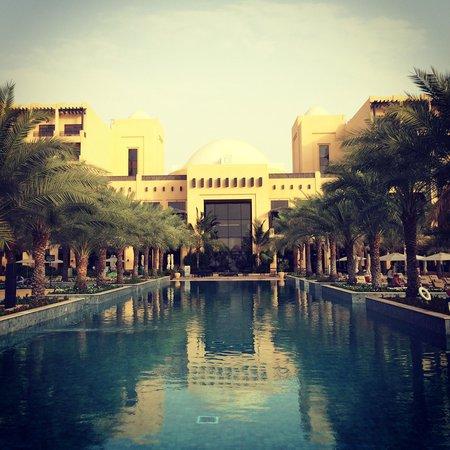 Hilton Ras Al Khaimah Resort & Spa : Шикарный бассейн с морской водой