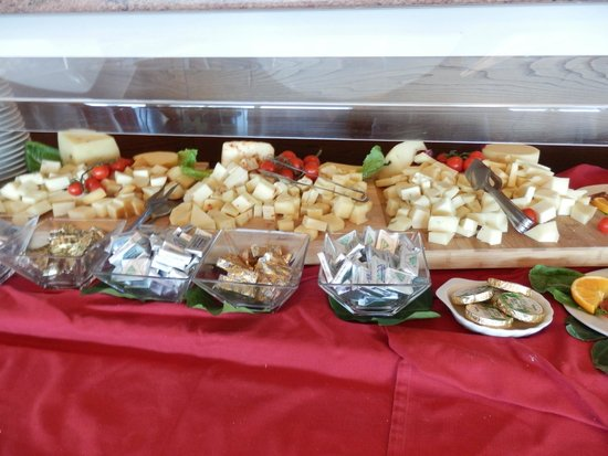 Monte Tauro Hotel: 朝食のチーズたくさん