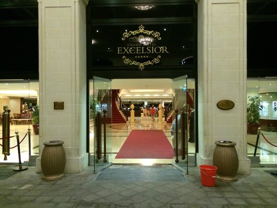 Excelsior Grand Hotel: Entrance to the Excelsior hotel