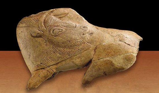 Musée national de la Préhistoire : gravure sur os