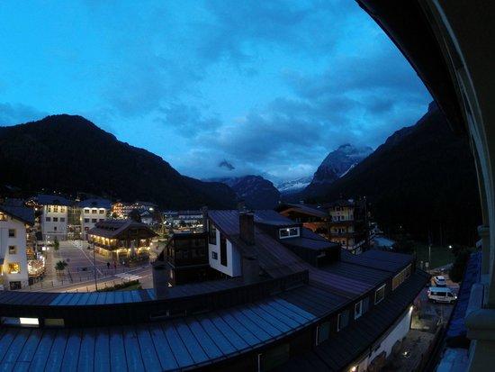Hotel Dolomiti: Night view from room