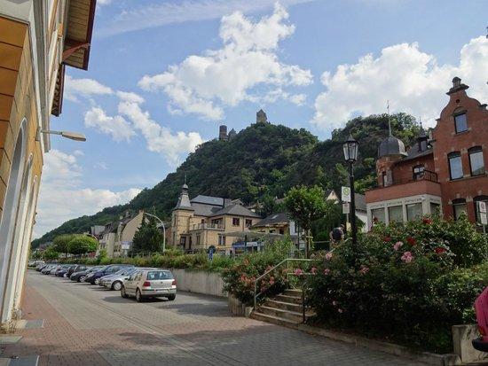 Burghotel Auf Schönburg: 駅から見たホテル
