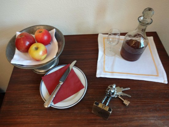 Burghotel Auf Schönburg: ウェルカムフルーツとシェリー酒 夕飯が多いので夜食にしたほうがいいかも・・・