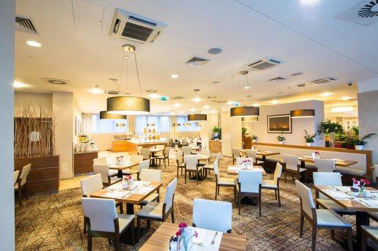Hilton Garden Inn Hotel Krakow: Restaurant lunch time