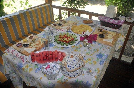 Kizilbuk Wooden Houses: Veranda da kahvaltı