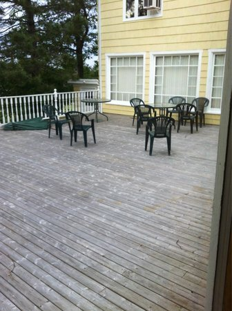 Shining Waters - Ingleside Resort: Back deck area
