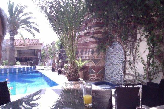 The Atlantic Hotel : Une table et un jus d'orange près de la piscine !