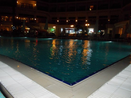 Pineta Park: Pool by night