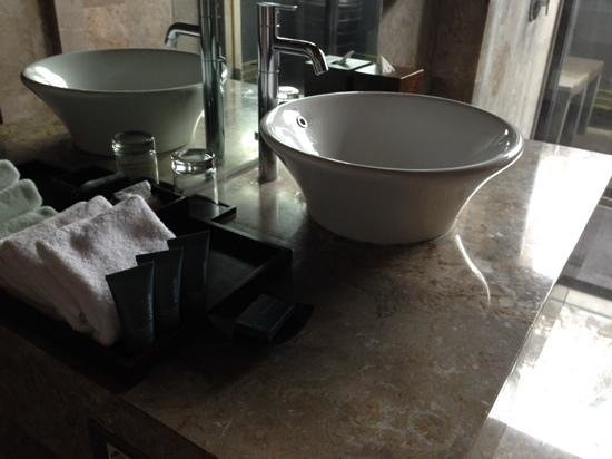 Peppers Seminyak: bathroom with nice products!