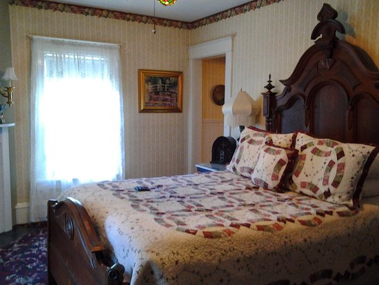 Scofield House Bed and Breakfast: water lilly room
