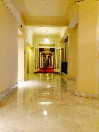 Astoria Hotel : couloir pour arriver à la chambre