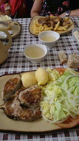 Meson Imperial: Y de segundo plato del menú del dia: Parrillada de pescado y costilla de cerdo