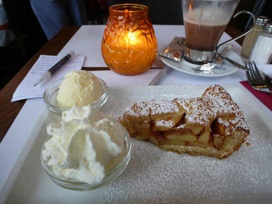 Belfort: Chocolate y tarta de manzana con vista a la plaza del mercado