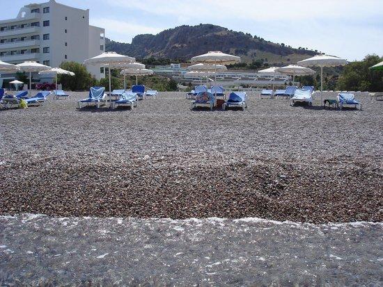 Lindos White Hotel and Suites: Von Strand aus hinten liegt mittig  das Suites Gebäude