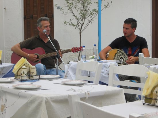 Hellinikon Restaurant: Beautiful music