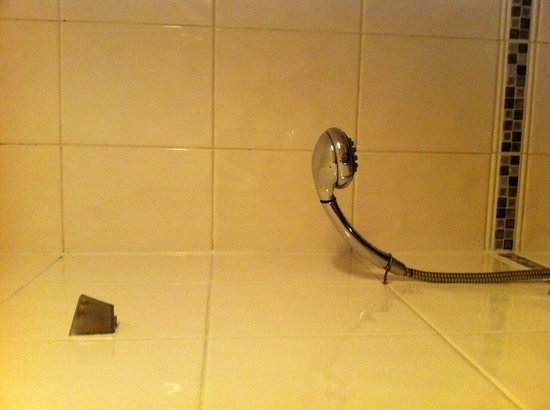 Oxford Hotel London: Broken shower hook