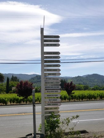 Dry Creek General Store : Handy signpost to wineries