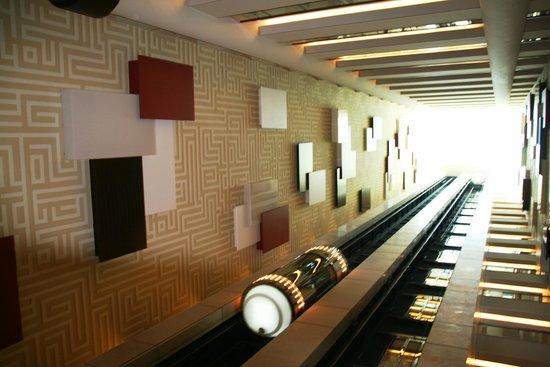 Auris Plaza Hotel: лифты в фойе