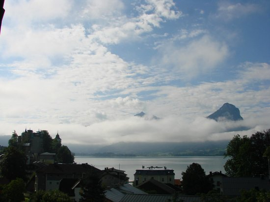 Hotel Furian am Wolfgangsee: View from balcony cloud over mountains
