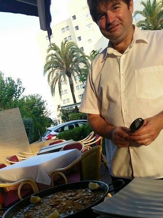 Tia Jass Restaurant: Paella vom immer freundlichen Kellner aufgetragen