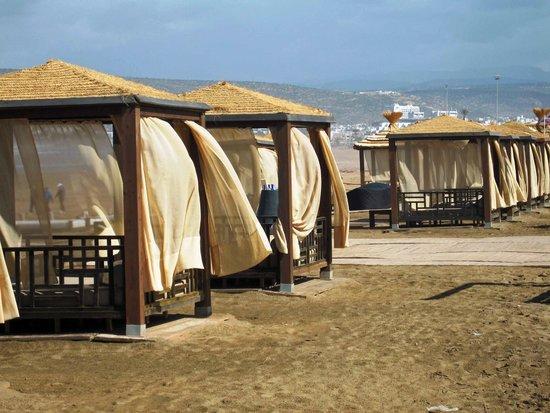 Sofitel Agadir Thalassa Sea & Spa : Sunbeds am Hotelstrand