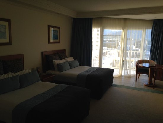 Pullman Cairns International: Bedroom, with view of balcony